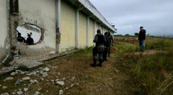 Homens usaram explosivo para abrir um buraco no muro da unidade