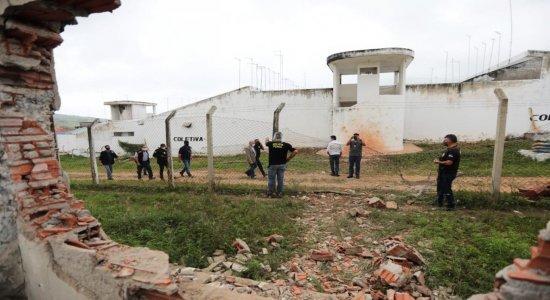 Polícia Militar e agentes penitenciários no local da explosão