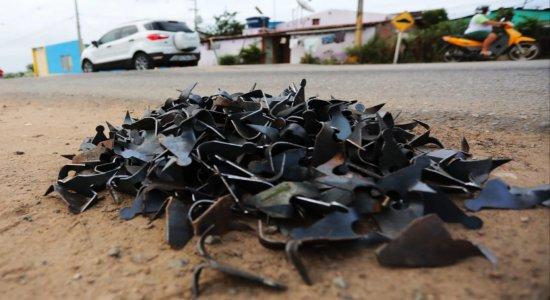 Criminosos espalharam grampos nas principais vias de acesso ao município de Limoeiro