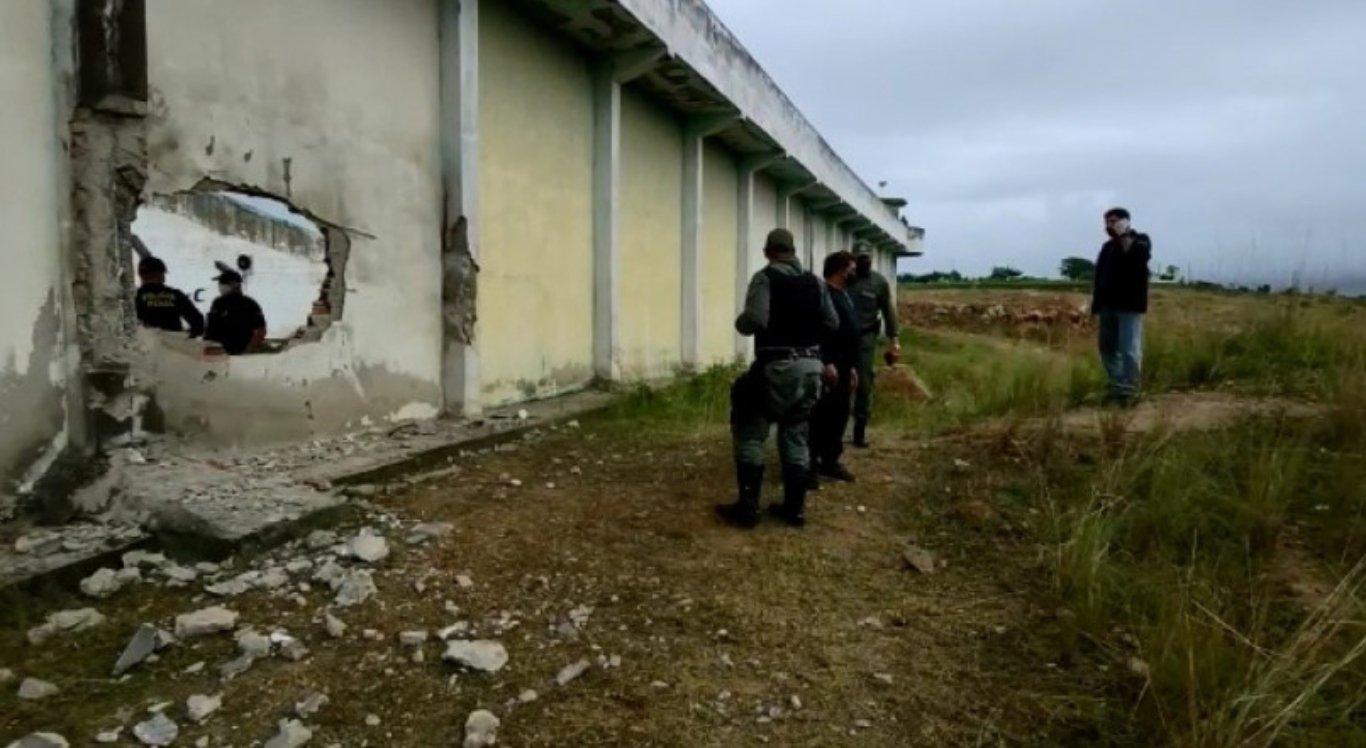 Após explosão de muro, detentos fogem de presídio de Limoeiro
