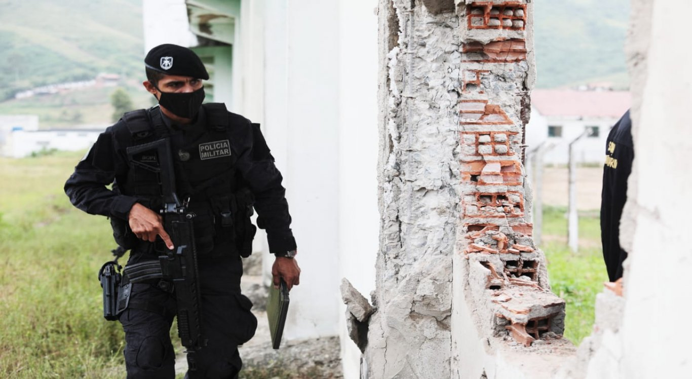 Polícia Militar faz incursões no local para encontrar os fugitivos