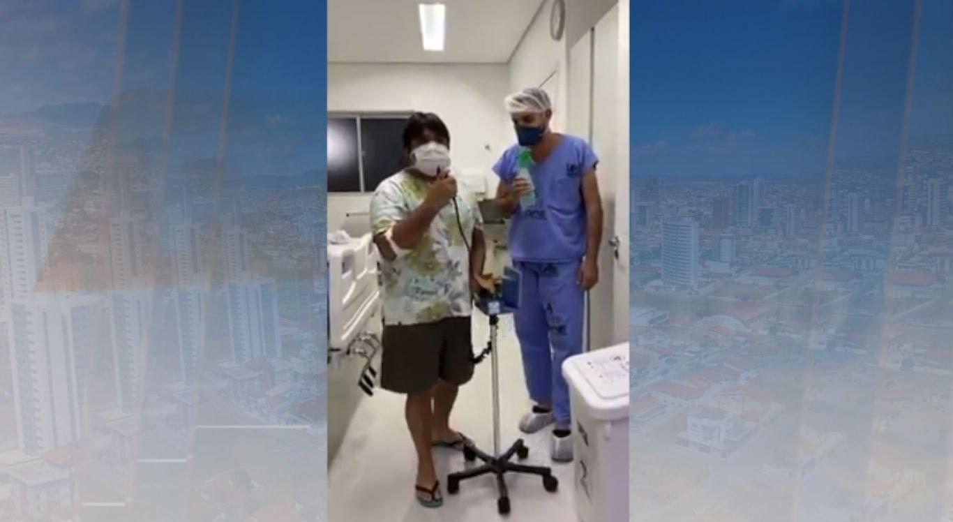 Médico e paciente aparecem cantando juntos