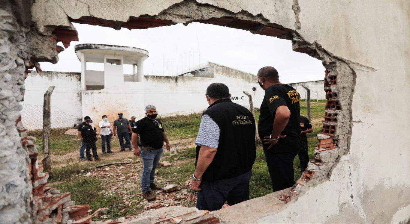 Criminosos explodiram o muro da área de disciplina e abriram um buraco por onde os detentos fugiram