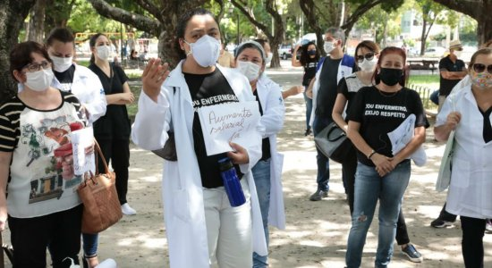 Profissionais de enfermagem da rede municipal do Recife protestam na Praça do Derby