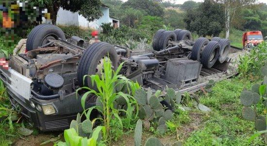 Motorista de caminhão morre após veículo tombar em Garanhuns