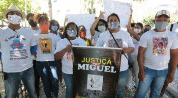 Grupo seguiu até o prédio do MPPE pedindo justiça no caso Miguel