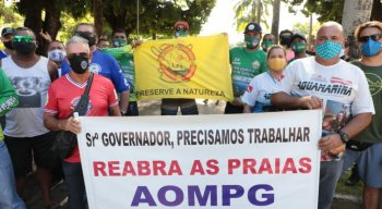 Categoria se manifesta na Praça Treze de Maio, no Centro do Recife