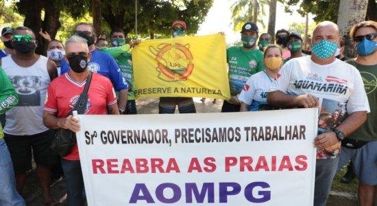 Mergulhadores, jangadeiros e comerciantes das praias de Pernambuco realizam protesto porreabertura de atividades