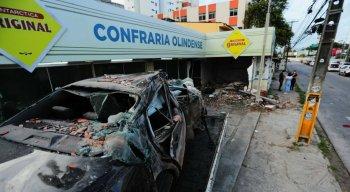 Fachada do restaurante ficou completamente destruída. O veículo era um Toyota Camry.