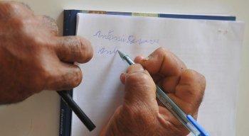 Apesar de ter registrado queda, os dados mostram que 18% daqueles com 60 anos ou mais são analfabetos no Brasil