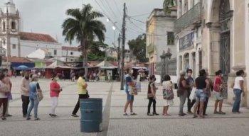 Fiéis fazem fila em frente à Basílica do Carmo, no Recife