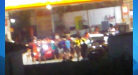 Vídeo: População faz festa e se aglomera em posto de gasolina, em Olinda