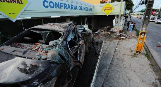 Carro perde o controle, invade restaurante em Olinda e deixa feridos