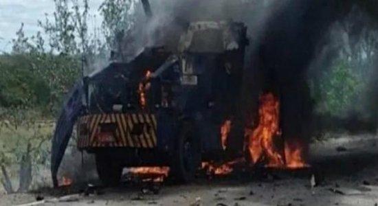 [Vídeo] Bandidos explodem carro-forte na BR-407, em Petrolina