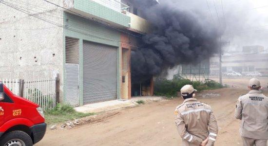 Bombeiros apagam incêndio em depósito de tecidos em Toritama