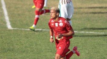 Atacante Thiago voltou e marcou o primeiro gol do Náutico no duelo.