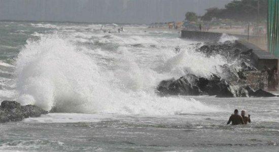Marinha prorroga alerta de ressaca com ondas de até 2,5 metros em PE