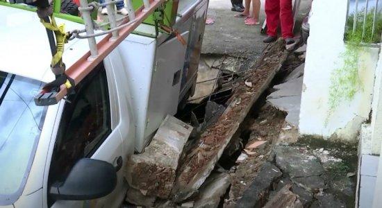 Carro da Celpe cai em buraco e derruba portão de casa na Zona Norte do Recife