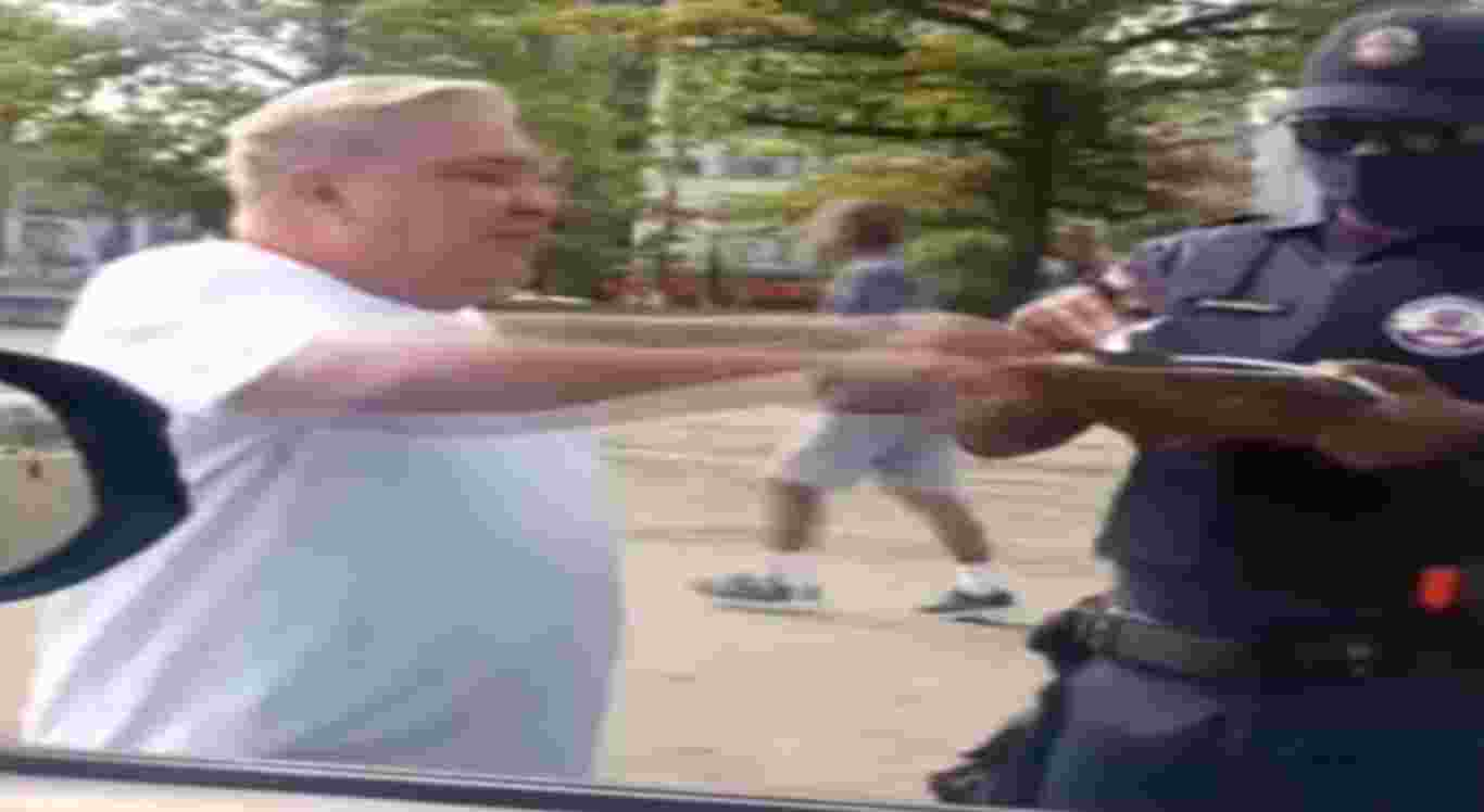 """Vídeo mostra desembargador dando uma """"carteirada"""" em policial."""