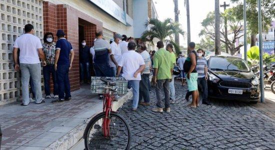 População em frente à sede da Prefeitura de Paulista