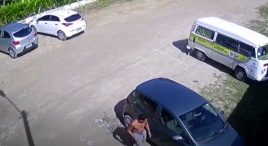 Vídeo: Criminosos arrombam e roubam objetos de carros na praia de Maria Farinha