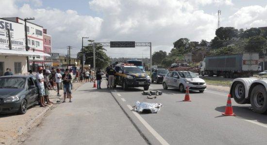 Acidente: Carreta atropela e mata pedestre na BR-101, em Jaboatão dos Guararapes