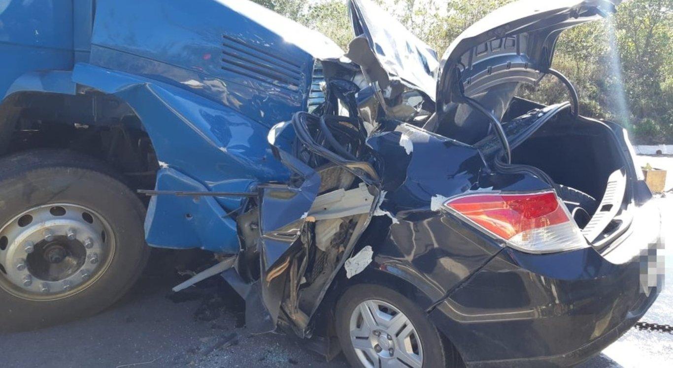 Colisão entre carro e caminhão deixou uma pessoa morta