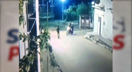 Câmeras de segurança flagraram assalto