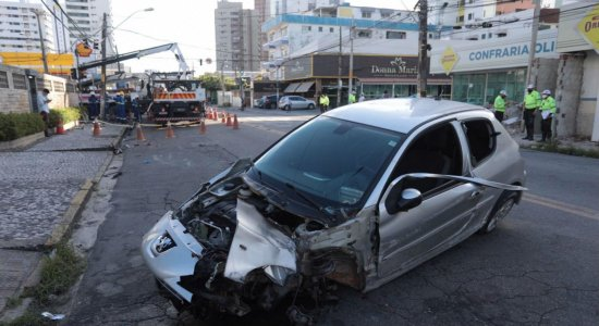 Suposto racha: motorista perde o controle, bate em poste e destrói semáforo em Olinda