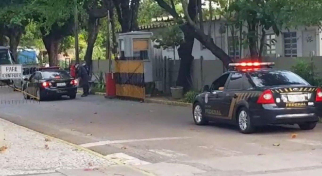 Viatura da Polícia Federal chegando na sede da Prefeitura do Recife