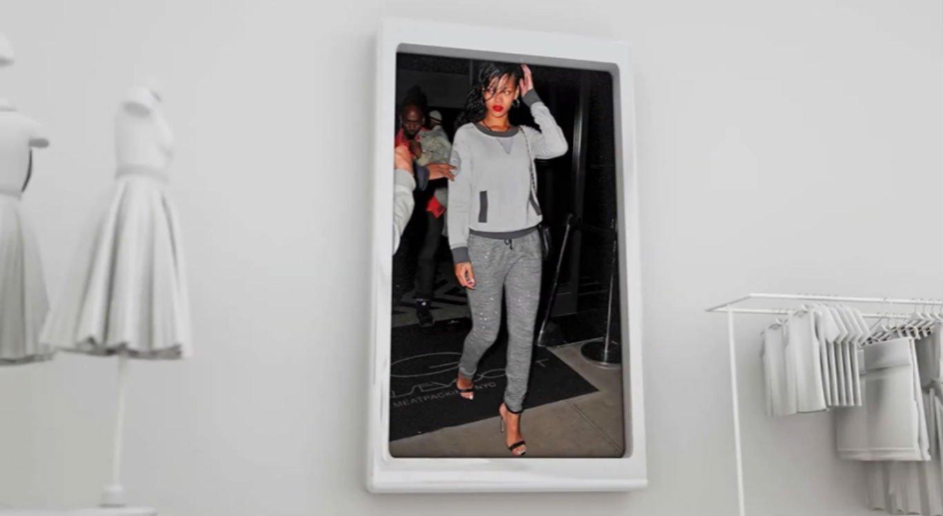 Cantora Rihanna usando um look moletom com salto alto