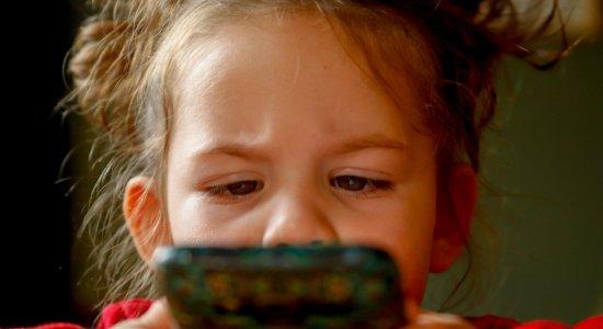 Saúde dos olhos das crianças precisa de atenção com excesso de exposição a eletrônicos