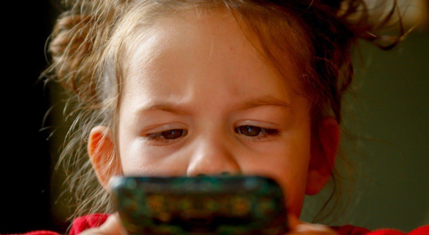 Crianças podem ficar muitas horas expostas a telas de eletrônicos e isso prejudicar a visão delas