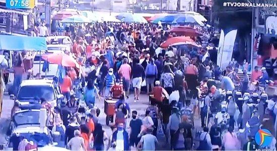 Ainda proibida, Feira de Sulanca em Caruaru registra aglomeração na manhã desta segunda-feira (27)