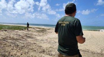 Equipe técnica da Agência Estadual de Meio Ambiente (CPRH) esteve na praia de Maracaípe para verificar a construção da quadra esportiva