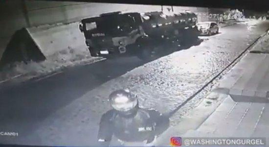 Vídeo: Homem é preso após tocar fogo em carro e caminhão do namorado de sua ex-esposa