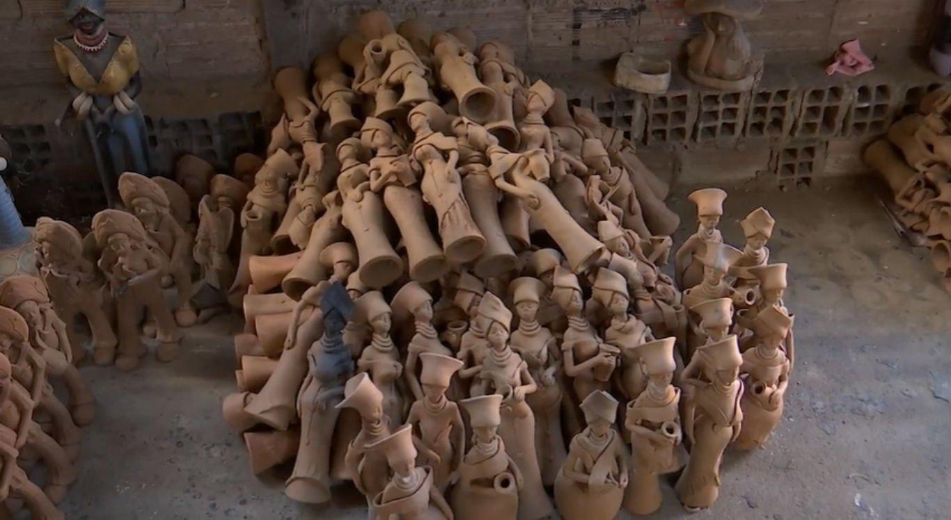 Peças em barro ficam acumuladas nos ateliês dos artesãos