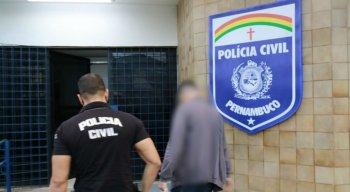 No dia de hoje, estão sendo cumpridos 03 ( três) Mandados de Prisão Preventiva, todos referentes a agentes públicos, sendo tais mandados expedidos pela 1ª Vara Criminal da Comarca do Cabo de Santo Agostinho.