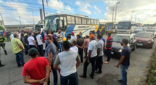 Motoristas de ônibus de turismo e frete protestam no Recife
