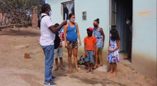 Professor de Tacaimbó leva atividades nas casas dos alunos que não têm internet