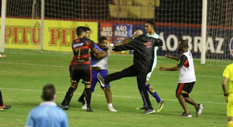 O massagista do Vitória e o auxiliar técnico do Sport brigaram após o gol de Marquinhos.