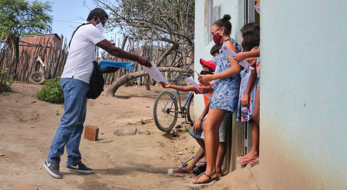 Professor José Jovino da Silva, 60 anos, entrega atividades nas casas de alunos