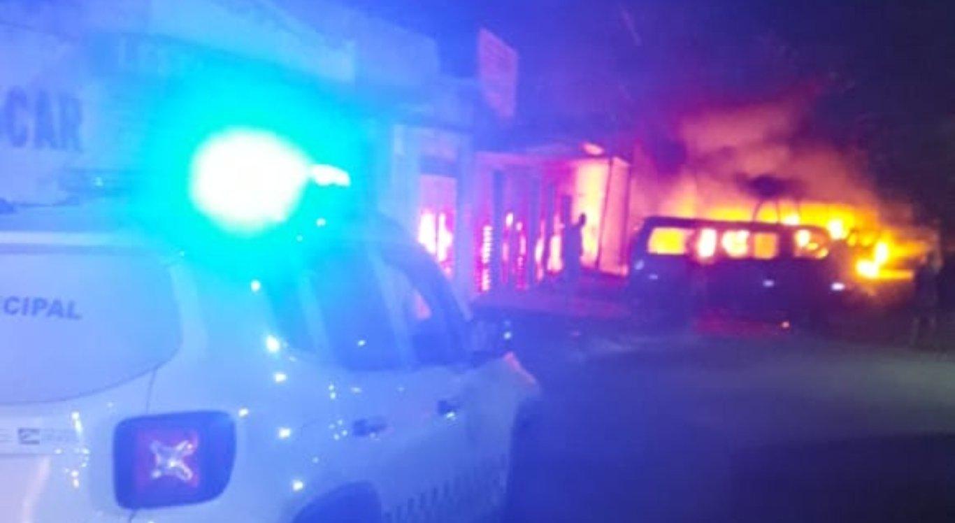 Homem é suspeito de atear fogo em micro-ônibus