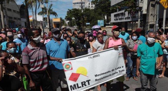 Integrantes de movimento protestam por posse de terrenos em frente à prefeitura do Recife