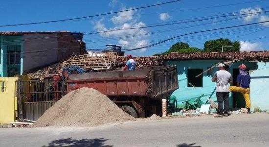 Caminhão desgovernado perde freio, desce ladeira e invade casa na praia de Ponta de Pedras