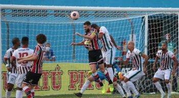 Salgueiro e Santa Cruz se enfrentaram pela primeira partida da final do Campeonato Pernambucano 2020