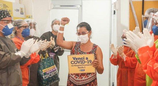 Professora, paciente de número 2.500 diagnosticada no Recife com coronavírus recebe alta