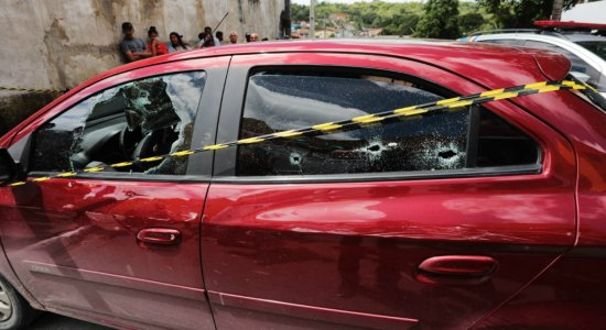 Homem é executado com pelo menos 12 tiros dentro de carro em Igarassu