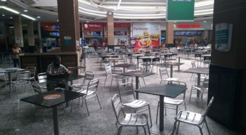 Mesas da praça de alimentação foram demarcadas para que clientes respeitem distanciamento