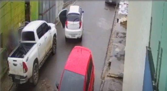 Vídeo: Grupo que sequestrou grávida de 7 meses rouba caminhonete em Pombos